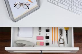 10 cose che non possono mancare nei cassetti della tua scrivania