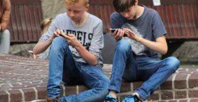 Giocare sullo smartphone, il boom tra i bambini-