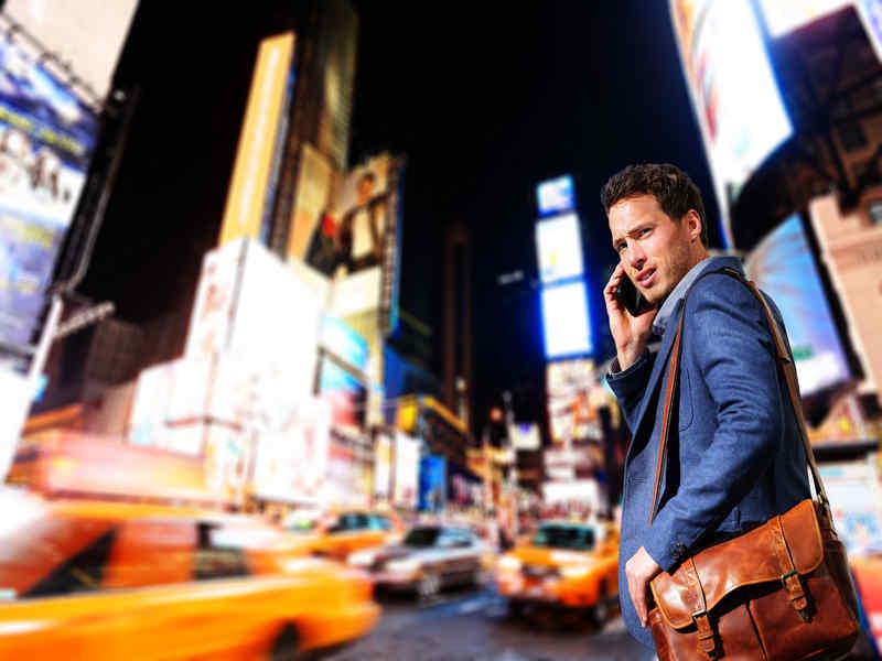 New York, multe in arrivo per chi attraversa con gli occhi sul cellulare